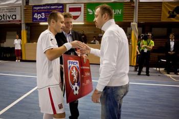 Hráči reprezentace podpořili léčbu Erika Pecháčka